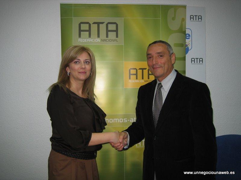 Firma del convenio de adhesión de ATA ARAGÓN al Programa Un Negocio Una Web - Mayte Mazuelas Camacho y José Manuel Alonso Julián.